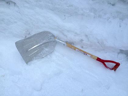 【悲報】雪かきのし過ぎでアルミ製スコップが折れました