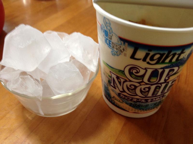 日清「カップヌードルライトそうめん」を冷たくして食べてみました。ところで氷はどのくらいいれるの?