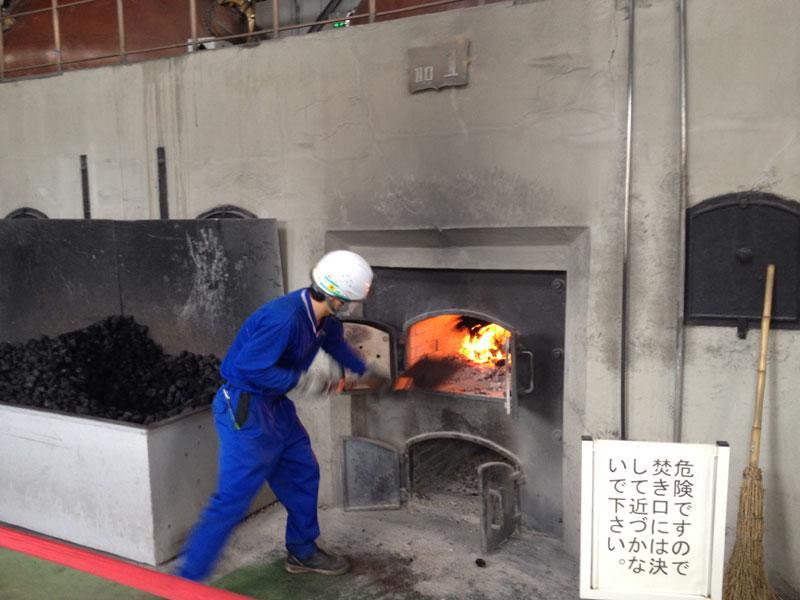 【余市】ニッカウヰスキー余市蒸溜所の蒸溜棟で石炭をくべる様子【補足記事】