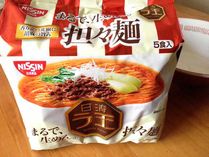今さらですが「日清ラ王 担々麺」を食べてみたら、ゴマの風味とそこそこの辛さのスープが安定の麺と合わさりいい感じ
