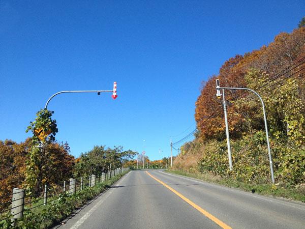 今さら聞けない、北海道の道路脇のポールに設置されている矢印はなんのため?〜矢羽根付きポール