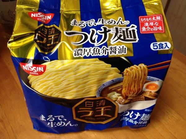 「日清ラ王 つけ麺 濃厚魚介醤油」を食べてみたら、濃厚だれに極太麺がいい感じ。けどちょっと足りないかな