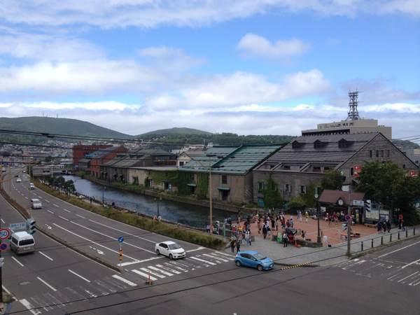 小樽出抜小路の火の見やぐらに上ってみると、小樽運河を上から眺めることができます