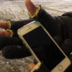iPhone(スマホ)操作用にと穴のあいた手袋の先を切ってみたら、思いの外便利でこれで十分でした
