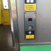 小樽駅で札幌方面の電車のドアが閉まりっぱなしなら、それはボタン開閉式の半自動ドアなのでボタンを押してドアを開けます